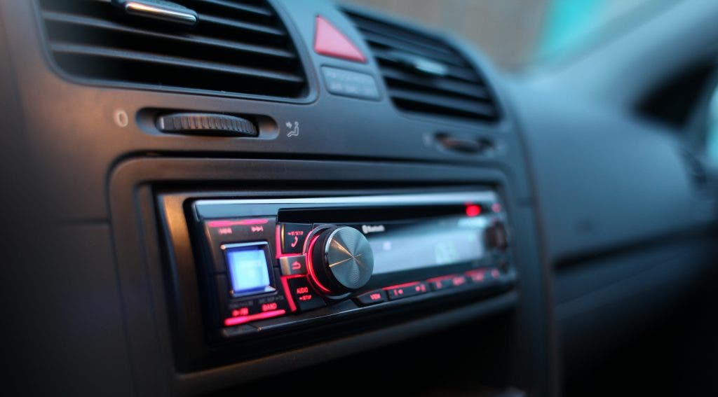 Como ouvir qualquer rádio no carro hoje em dia
